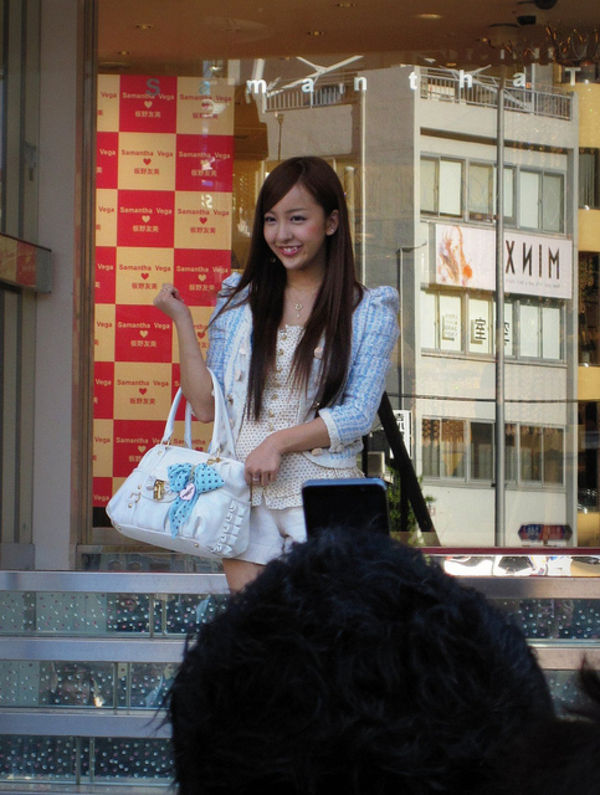 Tomomi Itano shopping in aoyama